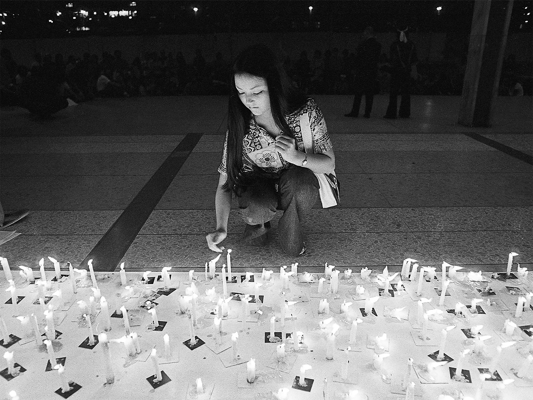 A young woman pays tribute to Hiroshima and Nagasaki atomic bomb victims at a candlelight memorial in Los Angeles's Little Tokyo, August 8, 1972.