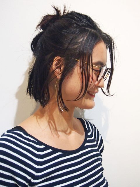 Clothing, Ear, Hairstyle, Chin, Forehead, Shoulder, Mammal, Style, Jaw, Black hair,