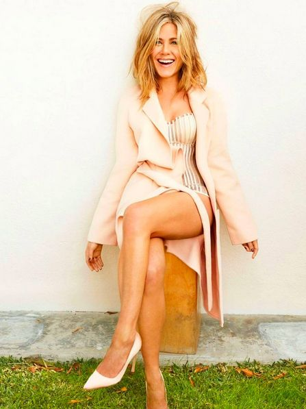 Clothing, Human leg, Shoulder, Joint, Style, Sitting, Knee, Foot, Thigh, Blond,
