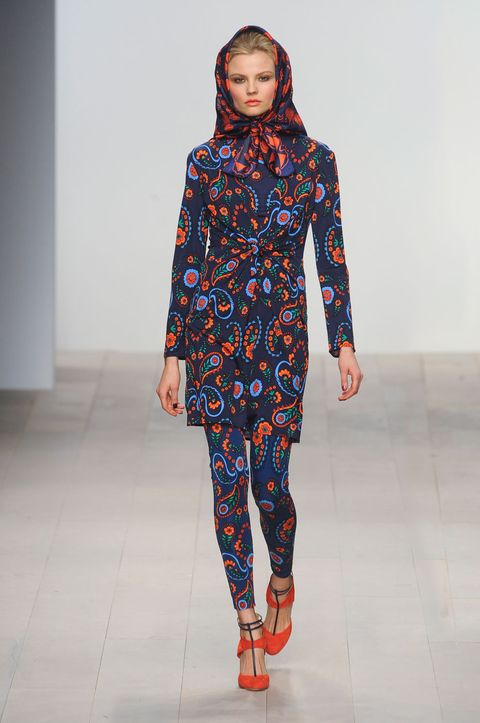 Sleeve, Joint, Style, Pattern, Fashion show, Fashion, Neck, Street fashion, Runway, Electric blue,