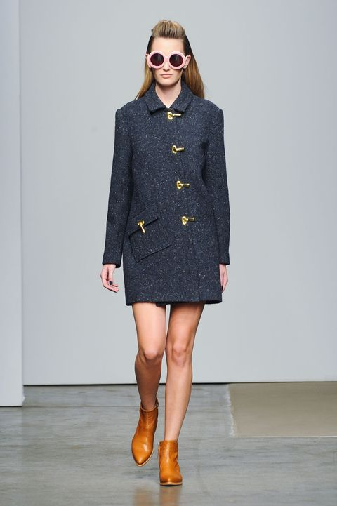 Clothing, Eyewear, Brown, Sleeve, Collar, Shoulder, Textile, Human leg, Joint, Coat,