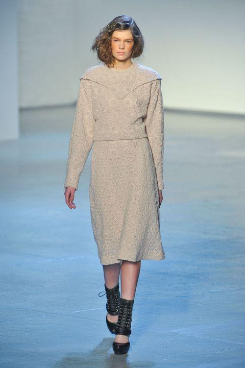 Clothing, Leg, Blue, Sleeve, Human body, Shoulder, Human leg, Joint, Fashion model, Style,