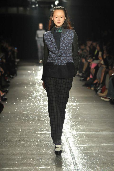 Brown, Fashion show, Outerwear, Runway, Style, Fashion model, Street fashion, Fashion, Youth, Knee,