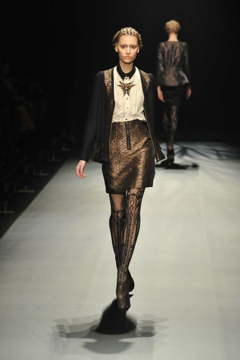 Fashion show, Human body, Runway, Outerwear, Fashion model, Style, Jacket, Fashion, Model, Knee,