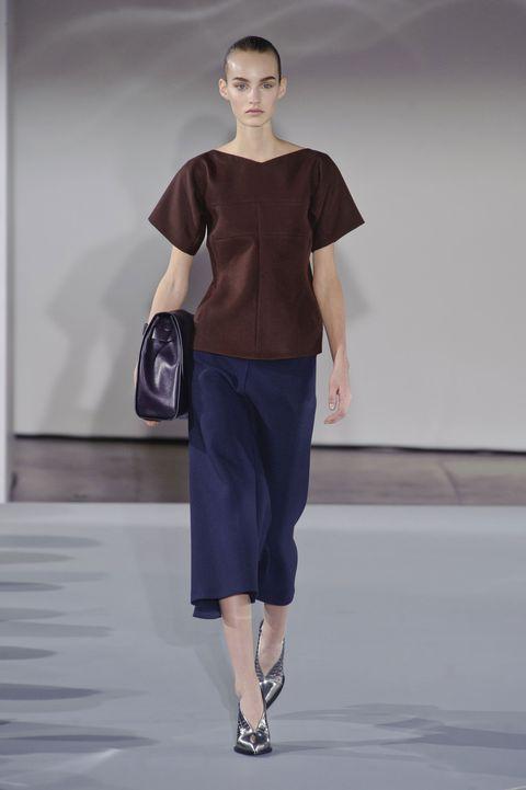 Leg, Sleeve, Human body, Shoulder, Joint, Style, Waist, Bag, Fashion, Knee,