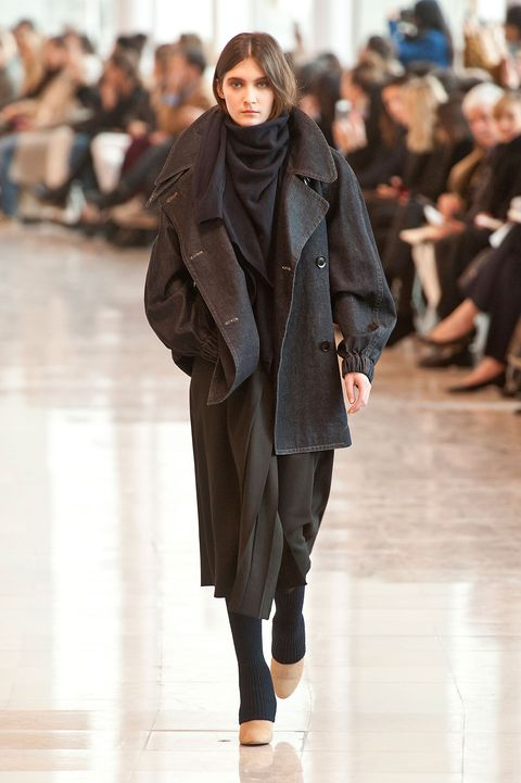Brown, Fashion show, Shoulder, Joint, Runway, Outerwear, Winter, Style, Fashion model, Street fashion,