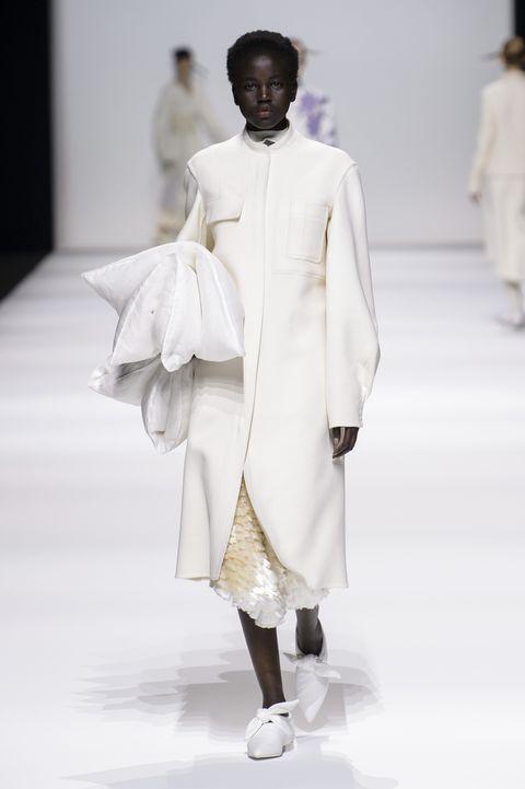 Sleeve, Shoulder, Fashion show, Joint, White, Runway, Fashion model, Costume design, Fashion, Street fashion,