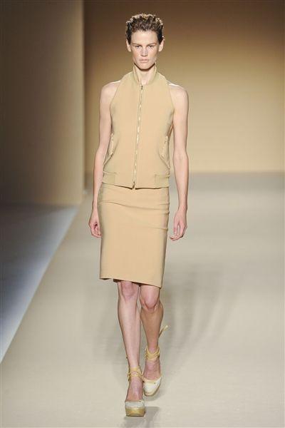 Brown, Sleeve, Skin, Human leg, Shoulder, Joint, Waist, Style, Knee, Fashion model,