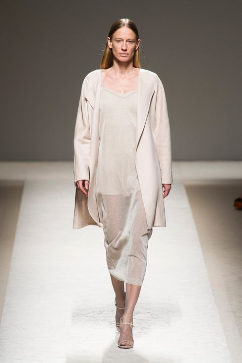 Sleeve, Shoulder, Joint, Fashion show, Style, Fashion model, Runway, Fashion, Model, Beige,