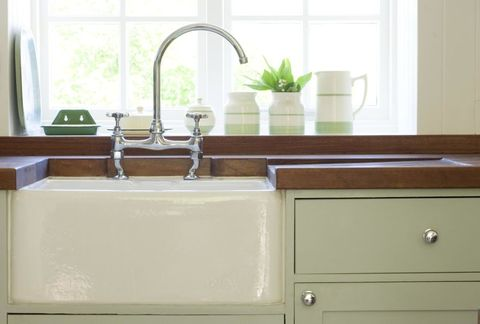 Room, Plumbing fixture, Property, Tap, Sink, Cabinetry, Fixture, Chest of drawers, Glass, Sideboard,