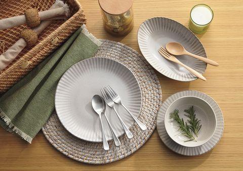Dishware, Serveware, Leaf, Cutlery, Tableware, Kitchen utensil, Napkin, Tablecloth, Knife, Home accessories,