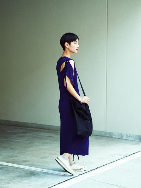 Sleeve, Shoulder, Standing, Joint, Style, Floor, Bag, Street fashion, Black hair, Fashion,