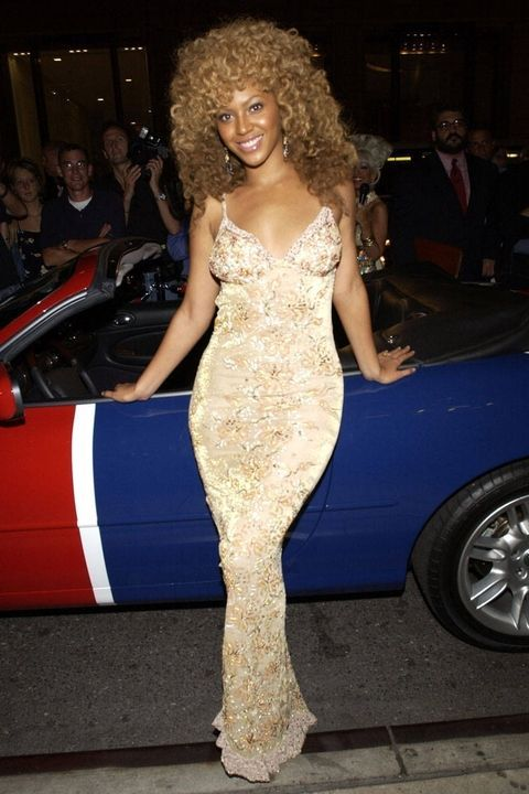Hairstyle, Human body, Dress, Shoulder, Automotive tire, Alloy wheel, Fender, Jheri curl, Rim, Ringlet,