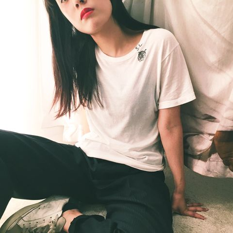 Sleeve, Human body, Shoulder, Elbow, Joint, Sitting, Black hair, Neck, Knee, Comfort,