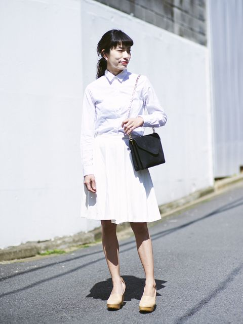 Clothing, Sleeve, Human leg, Shoulder, Textile, Joint, Outerwear, White, Bag, Style,