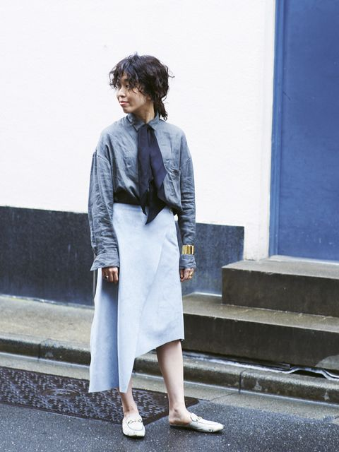 Clothing, Blue, Sleeve, Human body, Shoulder, Joint, Style, Street fashion, Electric blue, Bag,