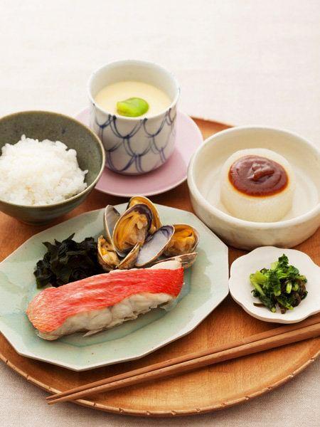ごはんと蒸し魚、ふろふき大根、そら豆入り茶椀蒸し、大根の葉の昆布和え のレシピ・作り方|ELLE gourmet [エル・グルメ]