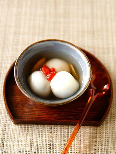 黒ごまあんのお団子、ジンジャーシロップがけ のレシピ・作り方|ELLE gourmet [エル・グルメ]