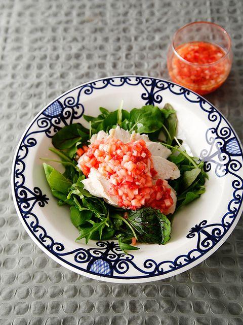 鶏むね肉のサラダ、いちごとウドのソース のレシピ・作り方 ELLE gourmet [エル・グルメ]