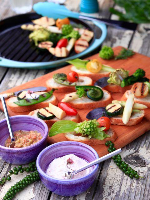 春野菜グリルのタルティーヌ 桜の花と豆乳フロマージュディップ&ふきのとう味噌とトマトのディップ添え のレシピ・作り方|ELLE gourmet [エル・グルメ]