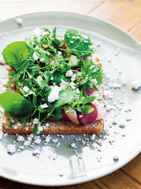 鴨の生ハム、ナスタチウム、クレソン、柚子のスモーブロー のレシピ・作り方|ELLE gourmet [エル・グルメ]
