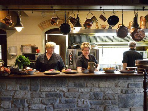 Lighting, Serveware, Light fixture, Houseplant, Countertop, Restaurant, Barware, Plate, Flowerpot, Cooking,