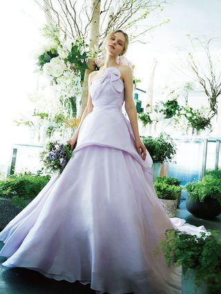 938ceb1eacd4f みずみずしいグリーンがたっぷりあしらわれたパープルのブーケは、同じパープルトーンのドレスが好相性。大人っぽく洗練されたラベンダー色ドレスがよりフレッシュな  ...
