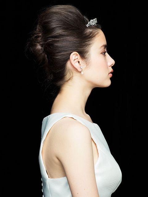 Ear, Hairstyle, Forehead, Shoulder, Style, Eyelash, Hair accessory, Beauty, Fashion accessory, Headgear,