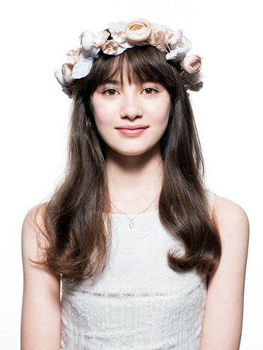 Hair, Headpiece, Hairstyle, Hair accessory, Clothing, Crown, Forehead, Long hair, Beauty, Chin,