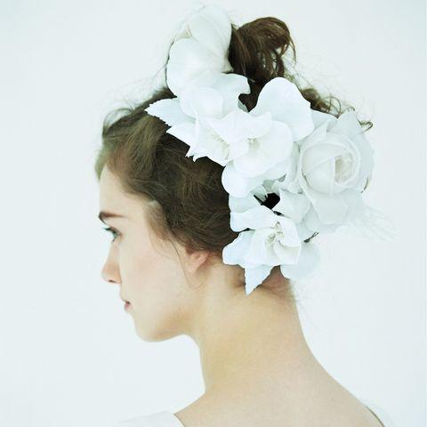 Hair, Headpiece, White, Hair accessory, Clothing, Hairstyle, Bridal accessory, Fashion accessory, Chignon, Petal,