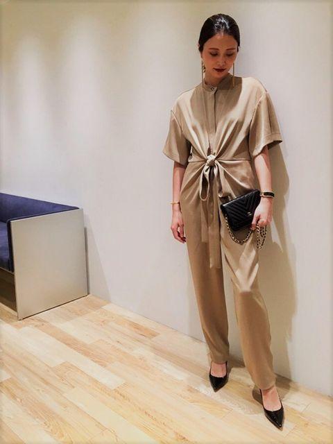Sleeve, Shoulder, Style, Floor, Bag, Flooring, Street fashion, Beige, Fashion model, Silk,