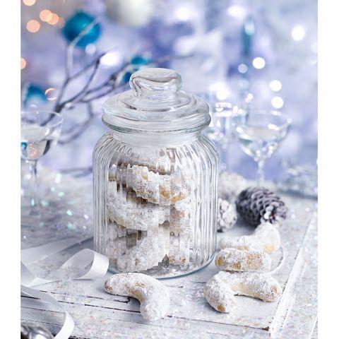Vanillekipferl (vanilla and almond half moon biscuits)