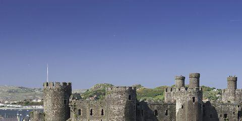 Rolling stock, Railway, Wall, Landmark, Train, Railroad car, Castle, Locomotive, History, Medieval architecture,