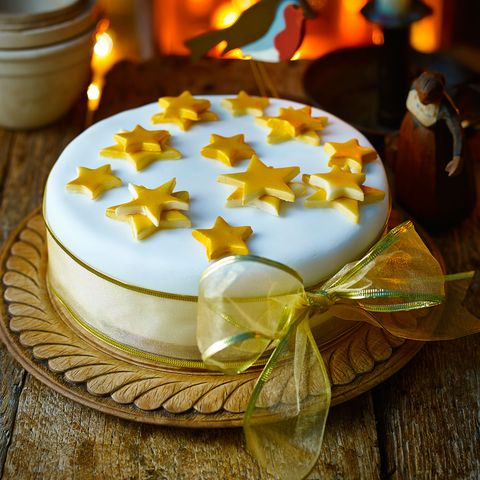 Christmas cake decoration: Simple iced Christmas cake
