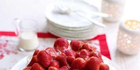 Serveware, Food, Dishware, Sweetness, Dessert, Ingredient, Fruit, Cuisine, Whipped cream, Strawberry,