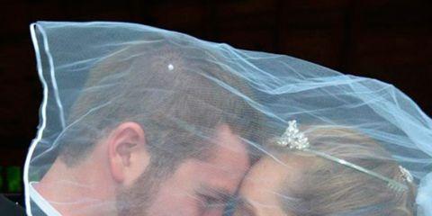 Forehead, Bridal accessory, Mammal, Bridal veil, Veil, Interaction, Bridal clothing, Organ, Jewellery, Temple,