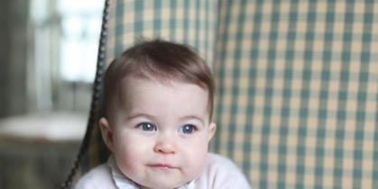 Eye, Child, Sitting, Comfort, Baby & toddler clothing, Pattern, Toddler, Plaid, Linens, Baby,