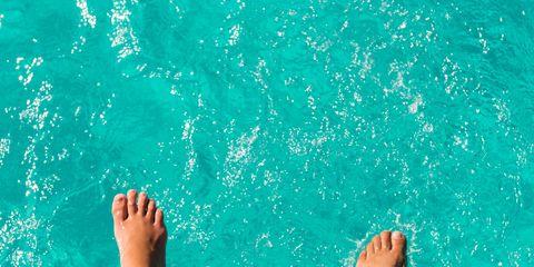 Toe, Leg, Human leg, Barefoot, Joint, Aqua, People in nature, Summer, Foot, Fluid,