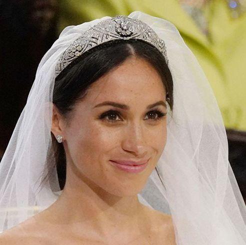 Bridal veil, Veil, Bridal accessory, Bride, Headpiece, Hair accessory, Skin, Beauty, Wedding dress, Fashion accessory,