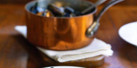 Serveware, Dishware, Food, Bivalve, Ingredient, Tableware, Lemon, Plate, Clam, Seafood,