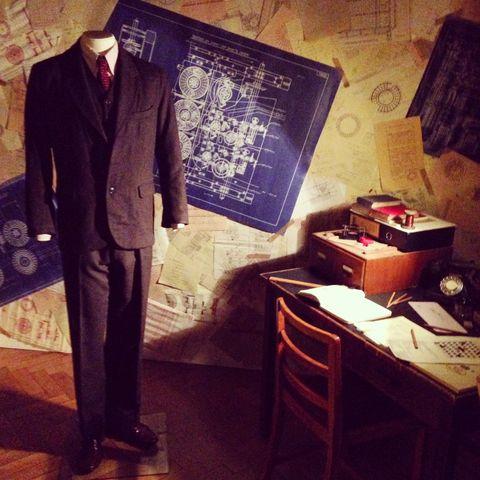 Collar, Coat, Dress shirt, Outerwear, Suit, Formal wear, Suit trousers, Blazer, Pocket, Box,