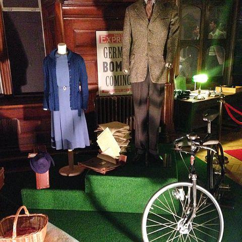 Bicycle wheel rim, Bicycle tire, Coat, Bicycle, Rim, Spoke, Bicycle wheel, Bicycle accessory, Bicycle frame, Bicycle part,