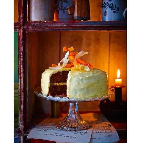Lighting, Food, Sweetness, Cuisine, Cake, Dessert, Ingredient, Baked goods, Cake decorating, Sugar cake,
