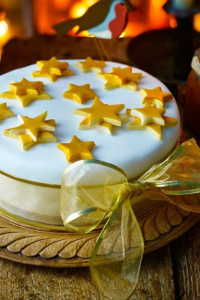 good housekeeping uk simple iced christmas cake - Christmas Cake Decoration Ideas
