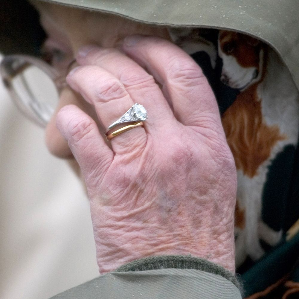 Here\'s what the British royal engagement rings look like