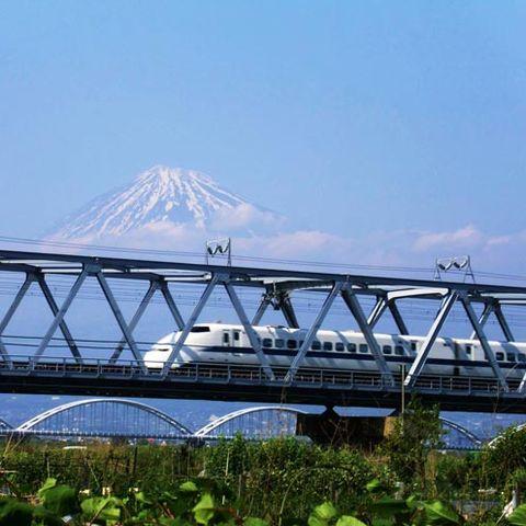 Sky, Transport, Bridge, Rolling stock, Girder bridge, Iron, Train, Stratovolcano, Public transport, Truss bridge,
