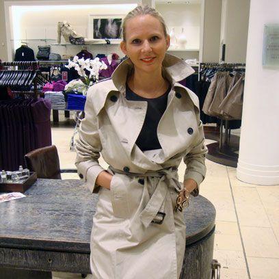 Sleeve, Human body, Tablecloth, Bag, Blond, Employment, Service, Fashion design, Houseplant, Button,
