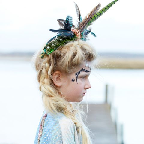 Hairstyle, Hair accessory, Feather, Headpiece, Fashion accessory, Headgear, Costume accessory, Natural material, Animal product, Costume,