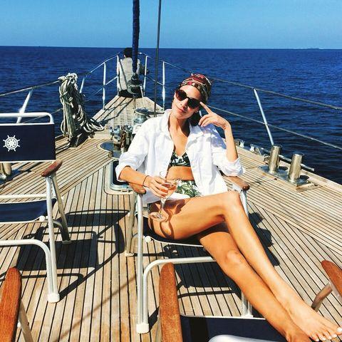 Leg, Sitting, Goggles, Ocean, Leisure, Summer, Sunglasses, Watercraft, Deck, Thigh,