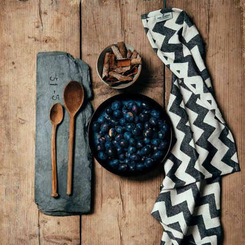 Wood, Kitchen utensil, Cutlery, Pattern, Hardwood, Natural material, Spoon, Dishware, Chemical compound, Fruit,